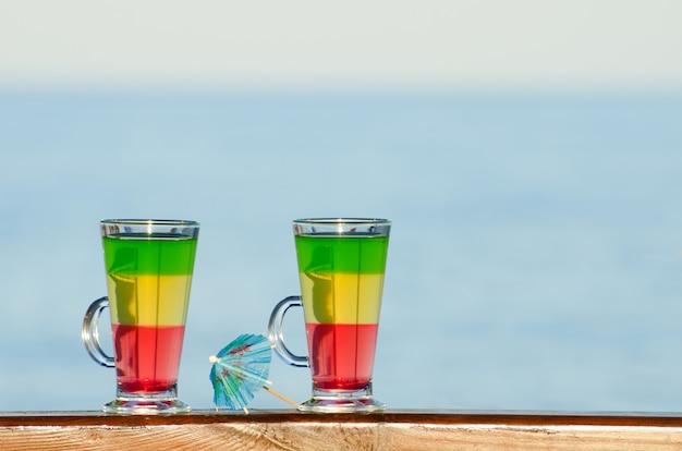 Óculos com cocktails coloridos no fundo do mar Foto Premium