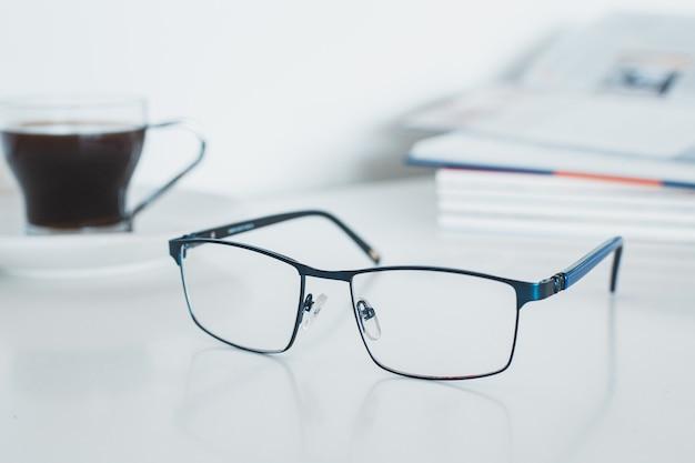 Óculos com livro e café Foto Premium