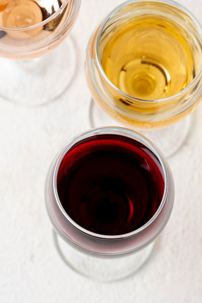 Óculos de alto ângulo com vinho tinto e branco Foto gratuita