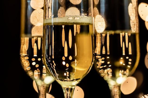 Óculos de close-up com champanhe Foto gratuita