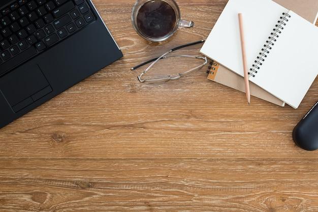 Óculos de computador portátil xícara de café e notebook Foto Premium