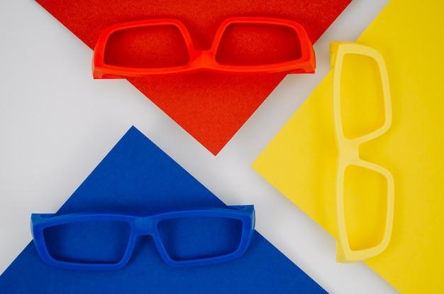 Óculos de crianças coloridas em fundo Foto gratuita