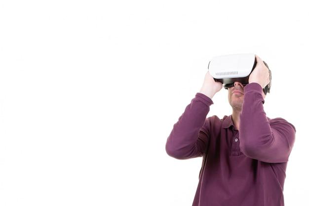 Óculos de homem jogando em realidade virtual Foto Premium