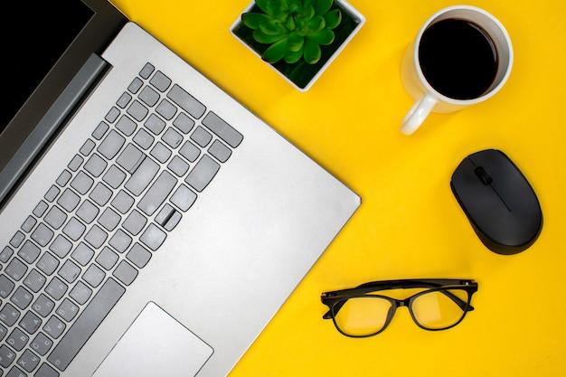 Óculos de laptop e mouse com xícara de café Foto gratuita