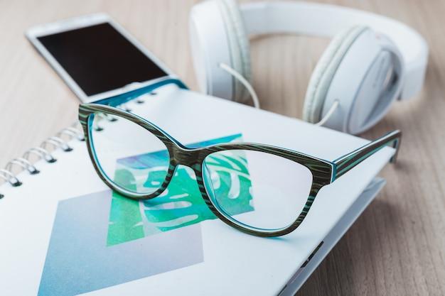 Óculos de mulher com telefone e fones de ouvido Foto Premium