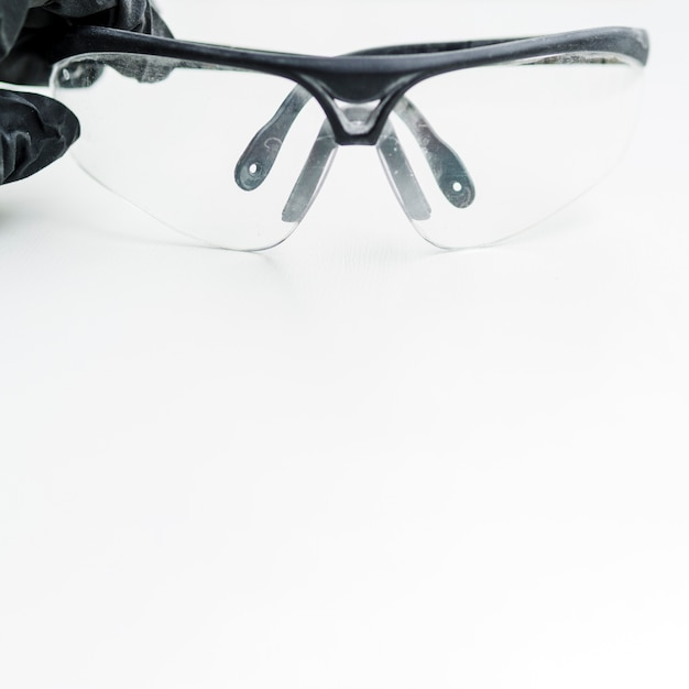 Óculos de proteção no fundo branco Foto gratuita