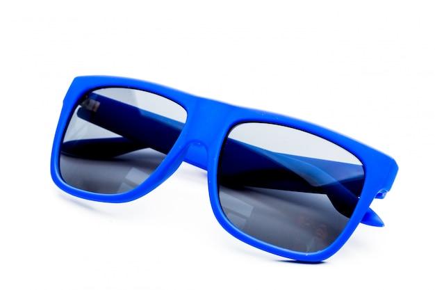 Óculos de sol azuis isolados no fundo branco Foto Premium