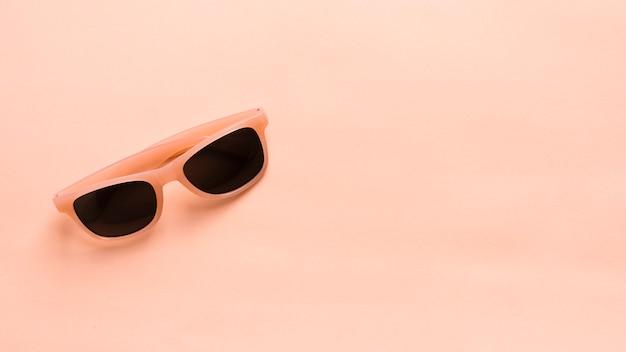 Óculos de sol coloridos com armação de plástico Foto gratuita