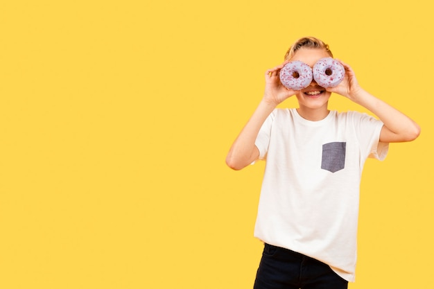 Óculos de sol cópia espaço de donuts Foto gratuita