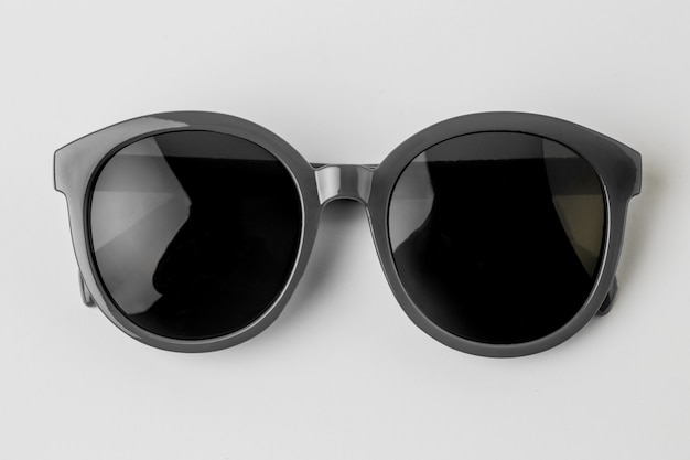 Óculos de sol frescos isolados no fundo branco, vista superior. Foto gratuita