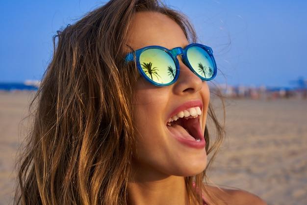 Óculos de sol menina morena com palmeira Foto Premium
