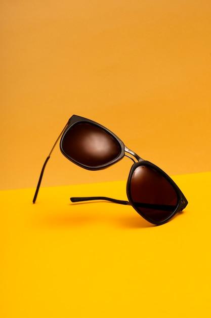 Óculos de sol plásticos frontais de vista frontal Foto gratuita