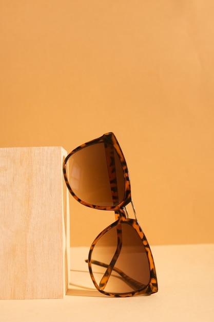Óculos de sol retrô de close-up com armação de plástico Foto gratuita