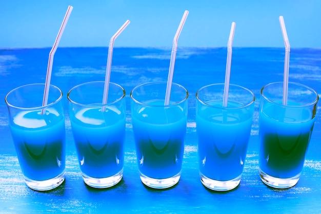 Óculos de vidro surrealismo com bebida cocktail roxa Foto Premium