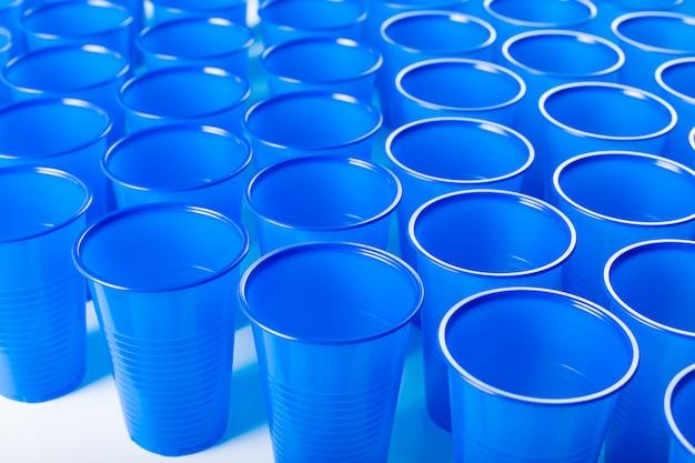Óculos descartáveis de plástico azul Foto Premium
