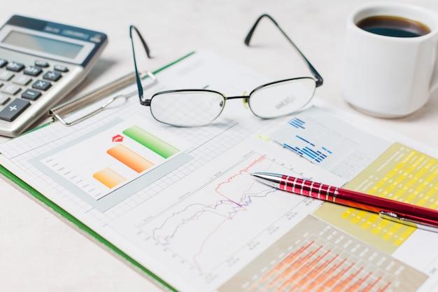 Óculos e caneta no relatório Foto gratuita