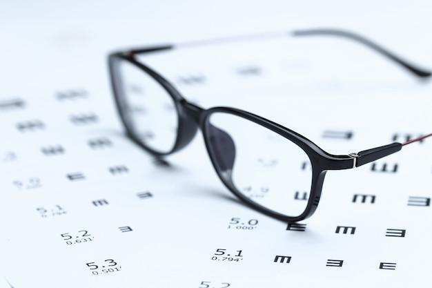 Óculos e gráfico de olho no fundo branco Foto gratuita