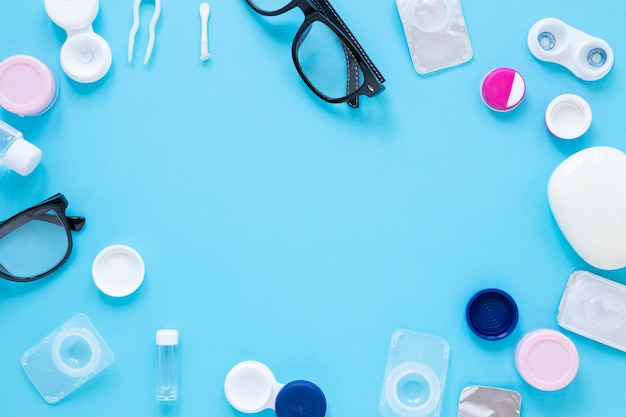 Óculos e lentes de contato com espaço para texto Foto gratuita