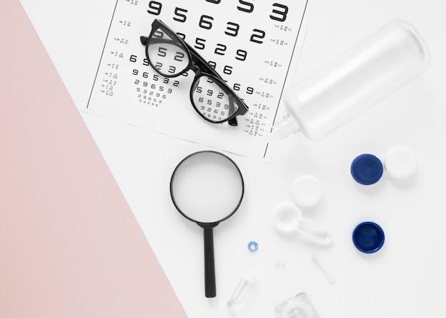 Óculos e objetos ópticos em fundo branco Foto gratuita