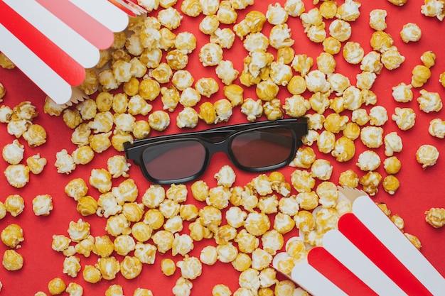 Óculos e pipoca na vista superior vermelha Foto Premium
