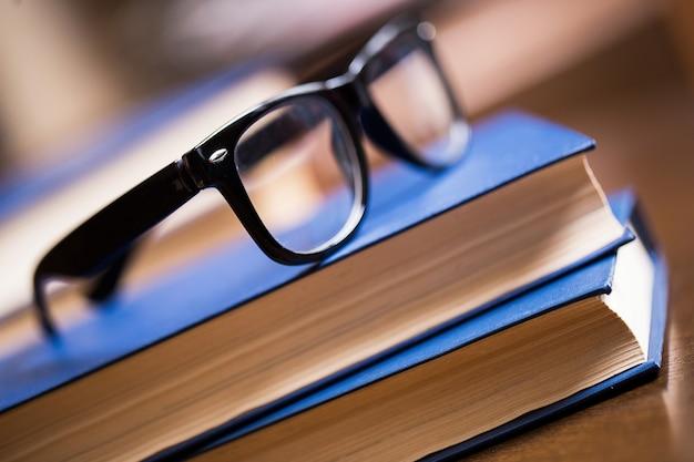Óculos e um livro Foto gratuita
