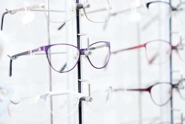Óculos elegantes na moldura elegante. Foto Premium