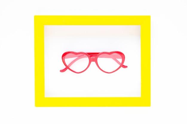 Óculos em forma de coração dentro do quadro Foto gratuita