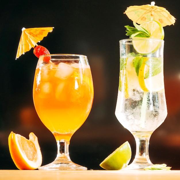 Óculos festivamente decorados com suculenta bebida em fatias de limão e laranja Foto gratuita