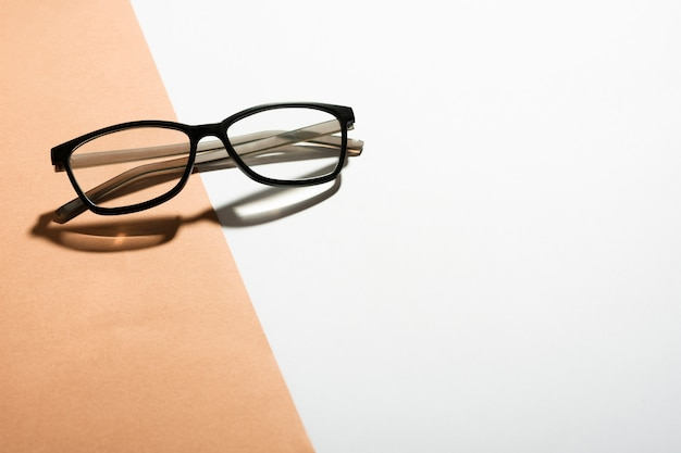 Óculos ópticos de close-up em uma tabela Foto gratuita