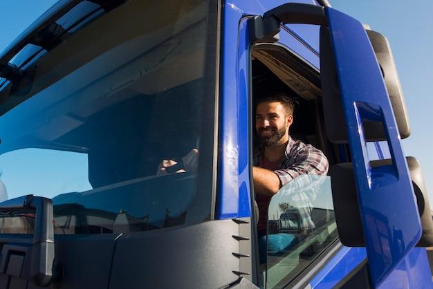 Ocupação e serviço do caminhoneiro Foto gratuita