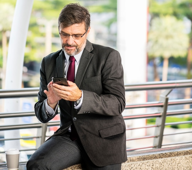 Ocupado, homem negócios, verificar, seu, telefone Foto gratuita
