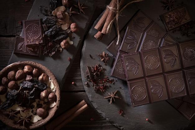 Odessa, ucrânia. barra de chocolate do milênio rostik, chocolate, cacau, especiarias e especiarias canela, pimenta vermelha, em um fundo escuro. Foto Premium