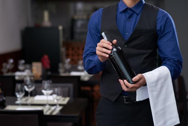 Oferecendo um bom vinho Foto gratuita