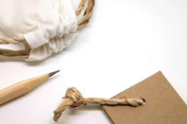 Ofício conjunto objeto, lápis, saco de tecido e tag de papel, tons naturais vintage Foto Premium