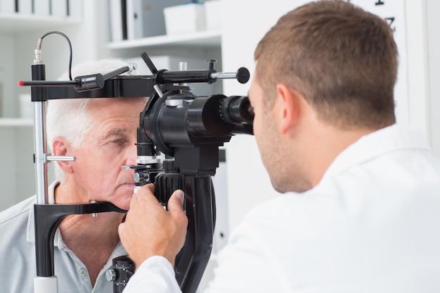 Oftalmologista, examinando, sênior, pacientes, olhos, através, fenda, lâmpada Foto Premium