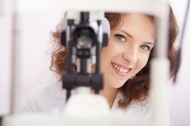 Oftalmologista feminino trabalhando Foto Premium
