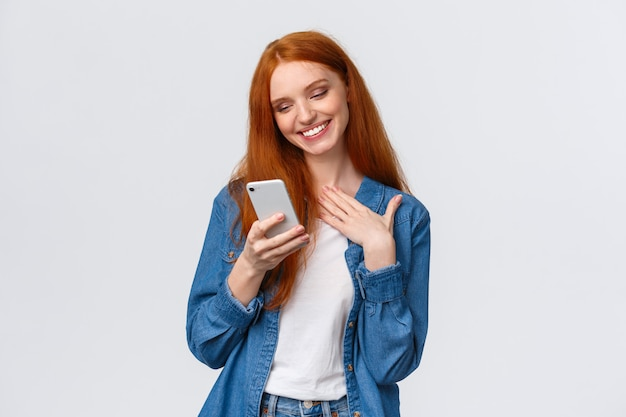 Oh, que gracinha. tocada e contente, a namorada ruiva sedutora recebe amor  emoji, mensagem adorável, mensagens