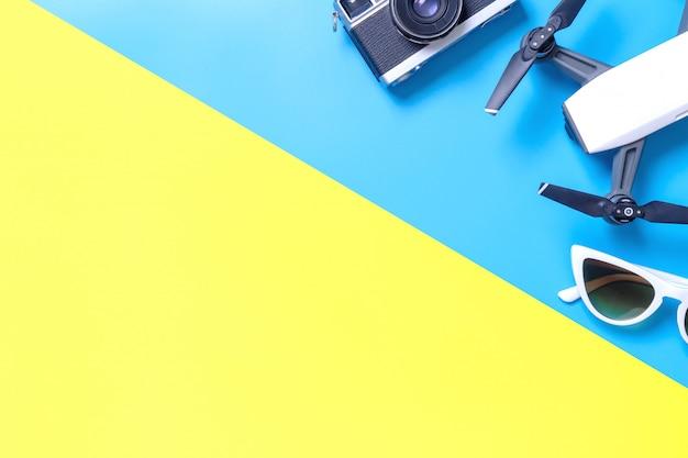 Oi gadget de viagens de tecnologia e acessórios em espaço de cópia amarelo azul e rosa Foto Premium