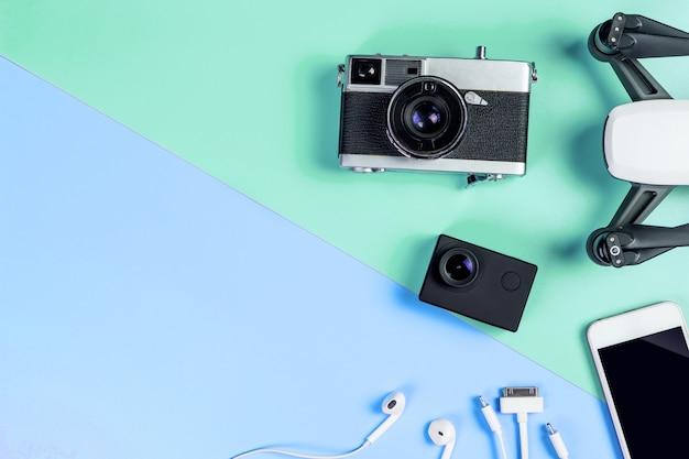 Oi gadget de viagens de tecnologia e acessórios no espaço da cópia azul e verde Foto Premium