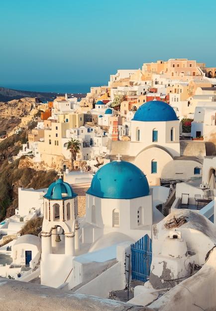Oia aldeia na ilha de santorini, grécia, de manhã cedo Foto Premium