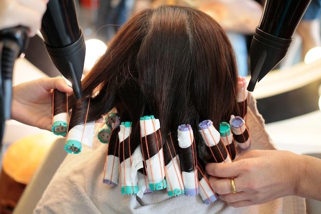 Oitavo passo de rolar o cabelo em perming Foto Premium