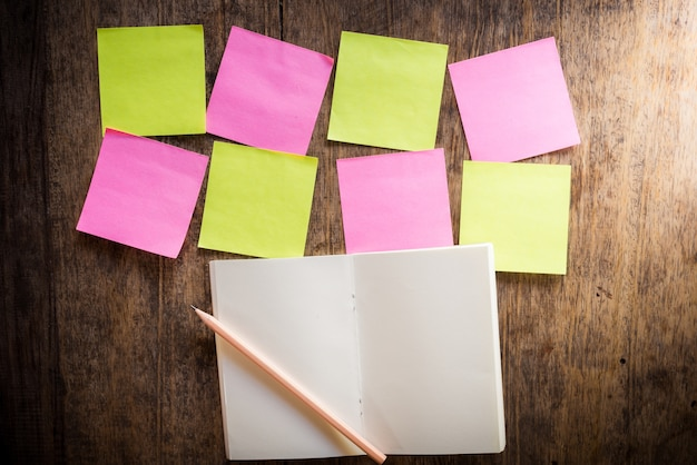 Oito notas em branco colorido e caderno e lápis Foto Premium