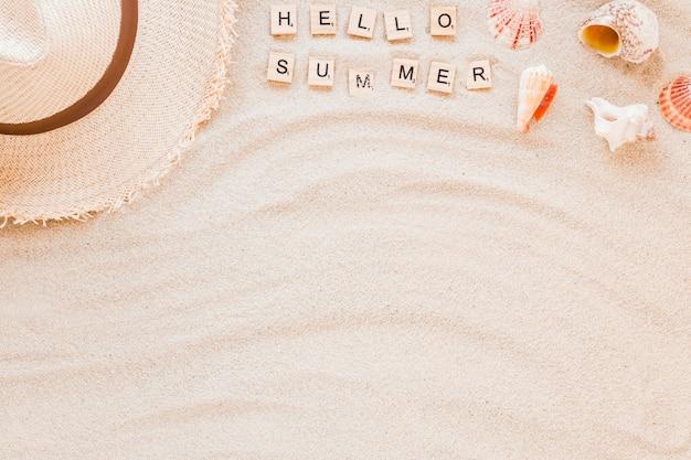 Olá inscrição de verão com conchas e chapéu de palha Foto gratuita