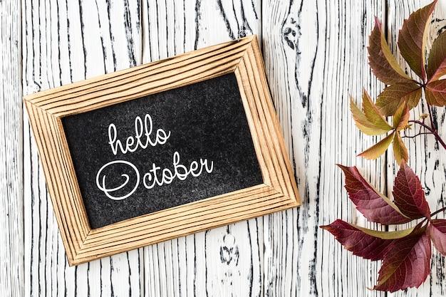 Olá o outubro letras cartão. conceito da temporada de outono Foto Premium