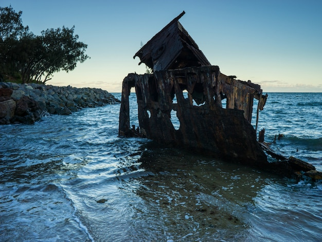Old shipwreck perto da cidade de brisbane, queensland Foto gratuita