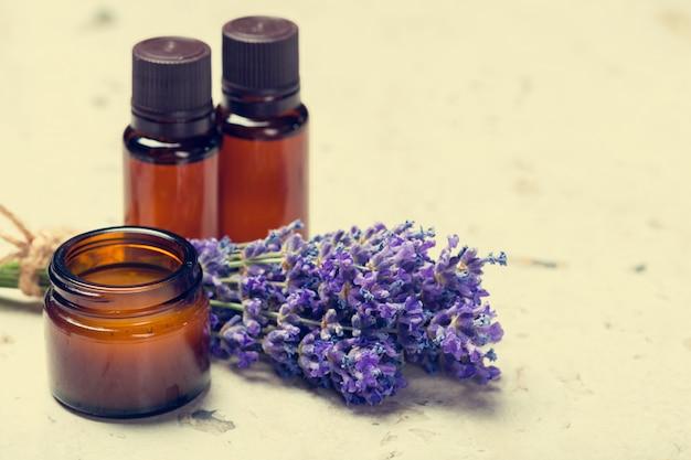 Óleo de aromaterapia e lavanda Foto Premium