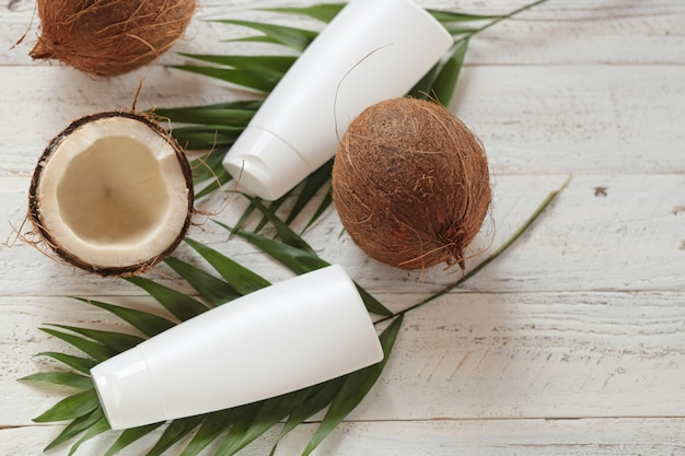 Óleo de côco. cosméticos orgânicos com óleo de coco Foto Premium