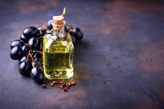 Óleo de sementes de uva em pequenas garrafas Foto Premium