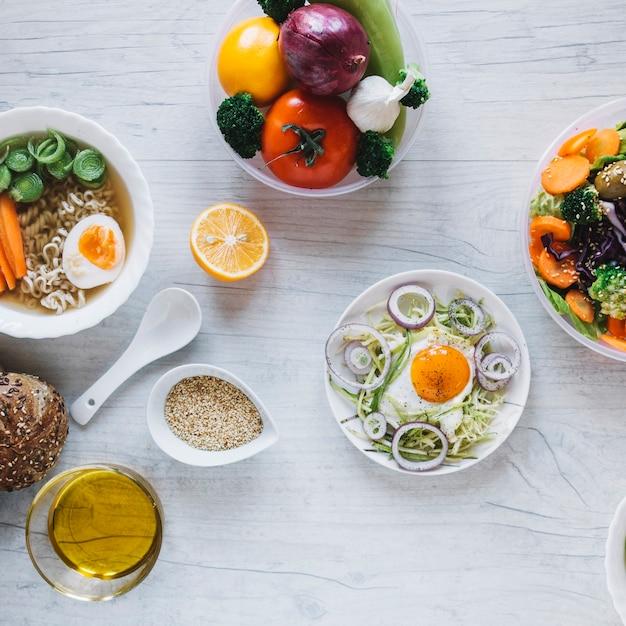 Óleo e especiarias perto de pratos saborosos Foto gratuita