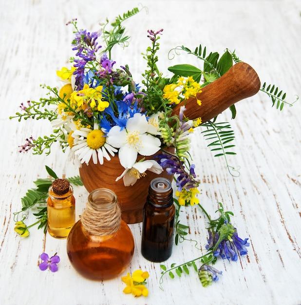 Óleo natural com flores silvestres Foto Premium